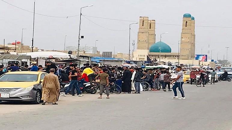 ناشطون يتداولون صورا لخرق حظر التجوال في الناصرية ، والغراف تغلق جسراً رئيسياً بسدة ترابية