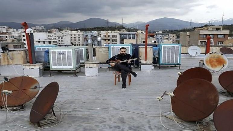 بالصور …موسيقيون إيرانيون يحولون أسطح منازلهم إلى مسارح عروض في ظل الحجر الصحي