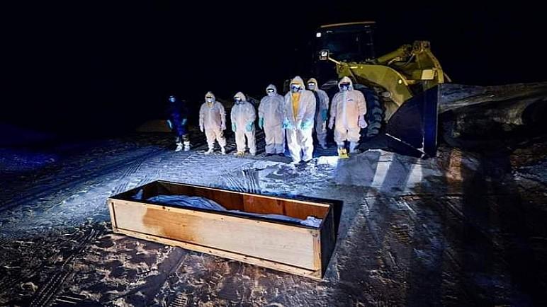 """بالصور … مراسيم دفن جثامين ضحايا """"كورونا"""" في النجف من قبل الحشد الشعبي"""