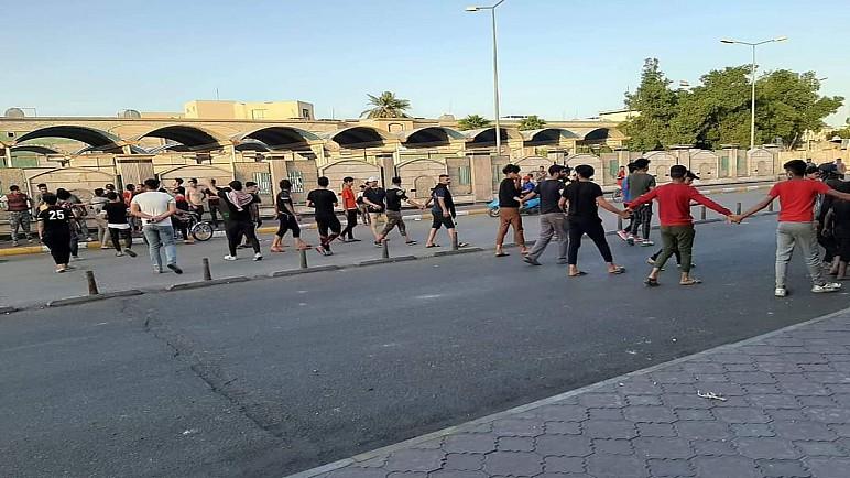 دروع بشرية من متظاهري ساحة الحبوبي لمنع الداعين لكسر حظر التجوال من الاحتكاك مع القوات الامنية