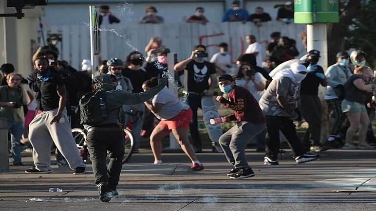 ليلة ثانية من تحول الاضطرابات إلى عنف ونهب في مينيابوليس الأمريكية