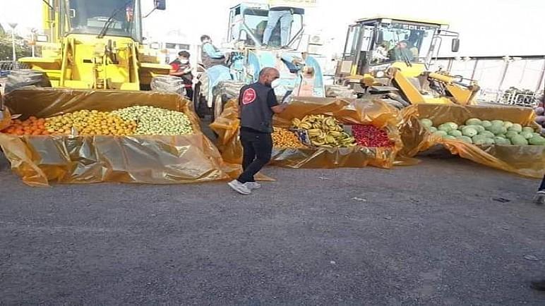 """بالصور.. اهالي الناصرية يطوقون مشفى الحسين التعليمي حاملين الفواكه بالـ""""الشفلات"""" للمصابين بكورونا"""