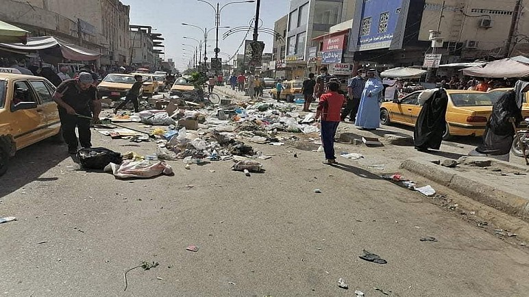 بالصور.. موظفو بلدية الديوانية ينشرون النفايات وسط الشوارع لتأخر رواتبهم