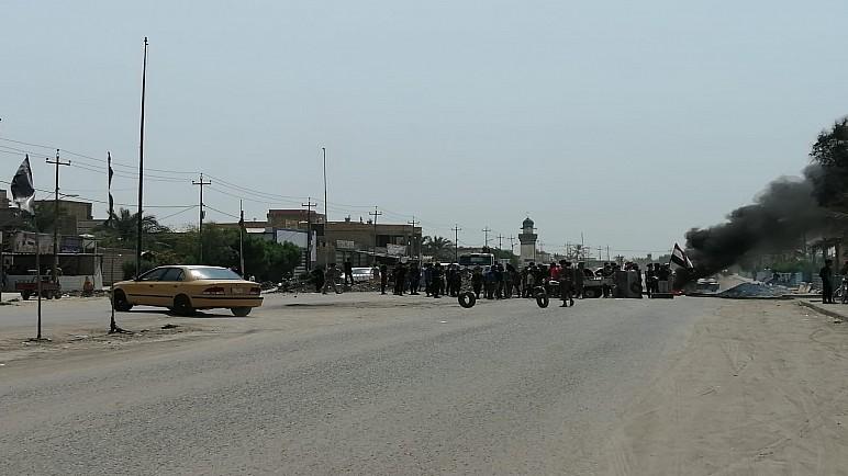 متظاهرون يقطعون طريق ناصرية سوق الشيوخ احتجاجا على انقطاع الماء