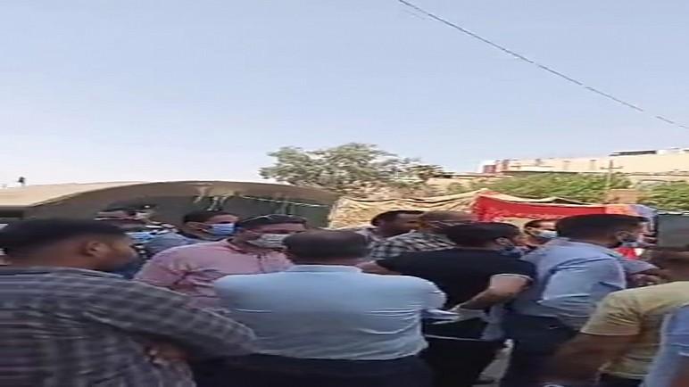 موظفون يتظاهرون امام مصرف الرشيد احتجاجا على تاخر صرف رواتبهم