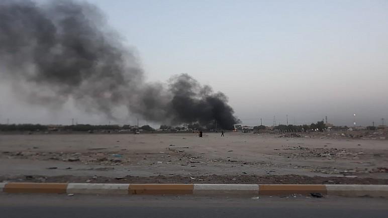 بالفيديو والصور.. متظاهرون غاضبون يقطعون طريق بغداد _ الناصرية بالاطارات المحترقة