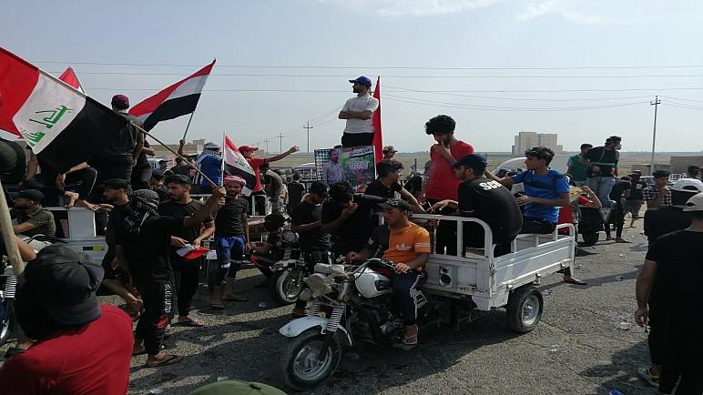 بالصور… متظاهرون يقطعون الطرق المؤدية الى مداخل سوق الشيوخ