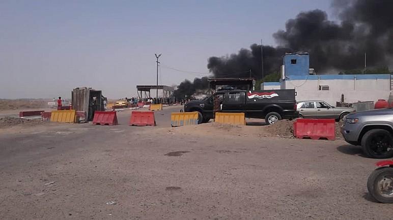 بالصور … متظاهرو سيد دخيل يقطعون الطريق الرئيسي الرابط بين ميسان وذي قار