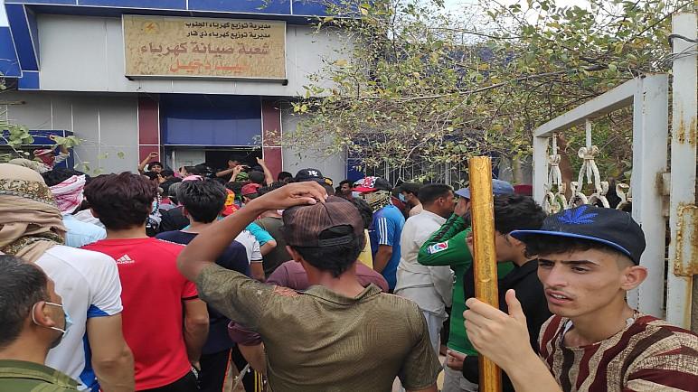 بالصور… محتجون يقتحمون مبنى صيانة كهرباء سيد دخيل