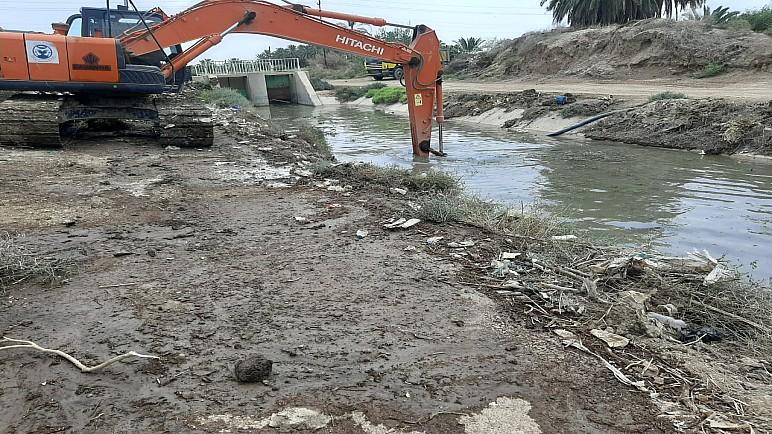 بالصور…الموارد المائية في ذي قار تنفذ حملة لتنظيف قناة الصالحية وشط ال ابراهيم