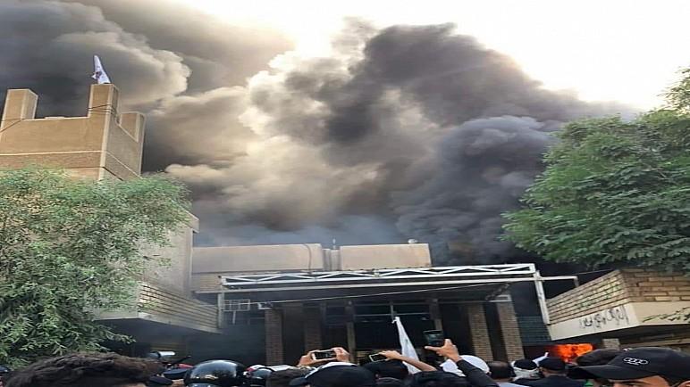 مناصرو الحشد الشعبي يقتحمون ويحرقون مقر حزب برزاني في بغداد
