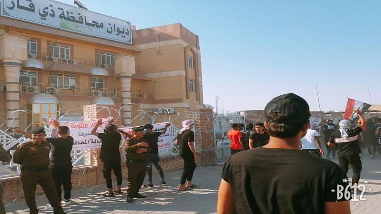 بالصور : متظاهرون يغلقون مبنى محافظة ذي قار ويطالبون باقالة المحافظ