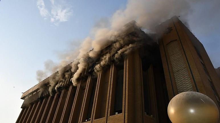 صور : حريق يلتهم بناية الهياة العامة للضرائب وسط بغداد